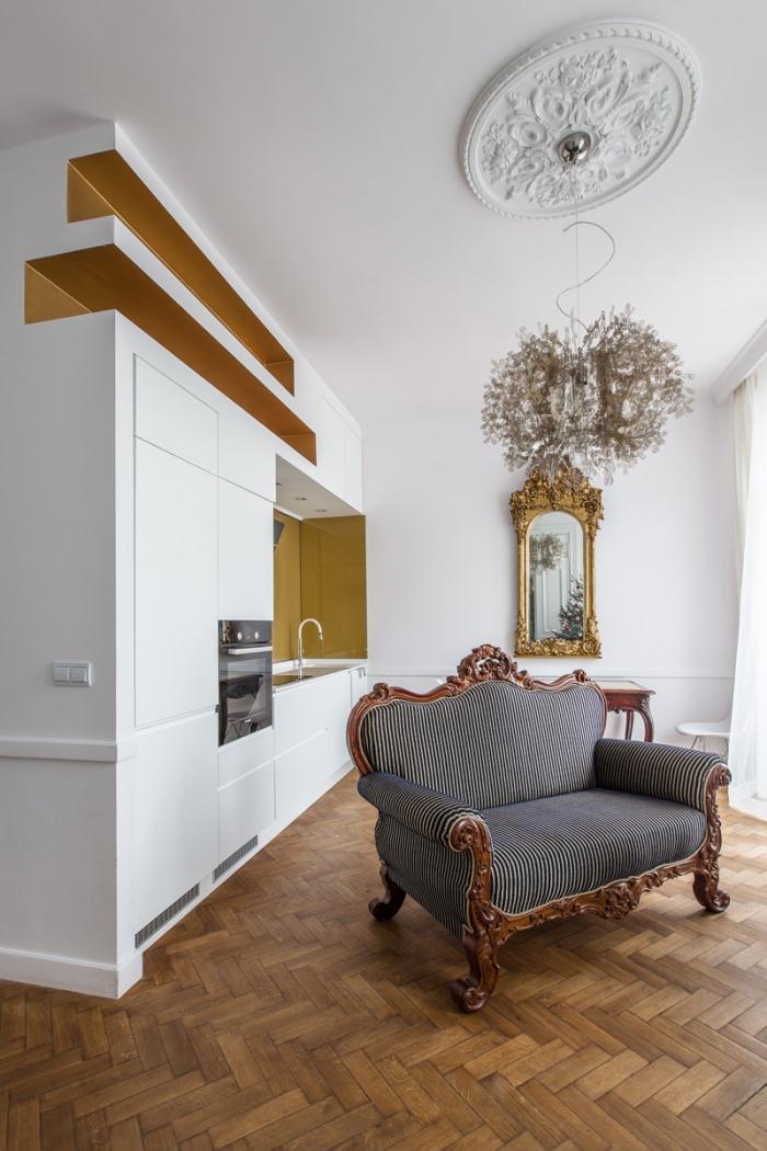 Appartement à Varsovie : Séjour avec la cuisine ouverte