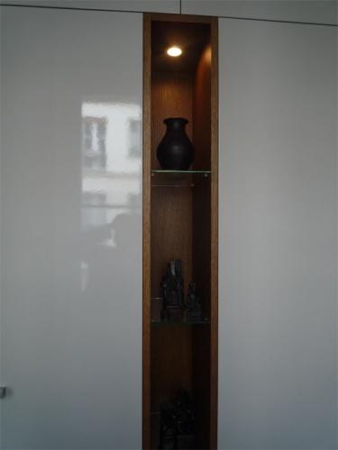 Rénovation d'un appartement rue du Faubourg Saint Honoré : Entrée - détail niche bois placards entrée